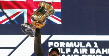 Lewis Hamilton vom Team Mercedes feiert auf dem Podium seinen Sieg. Foto: Kamran Jebreili/AP/dpa