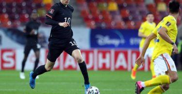 Mittelfeldspieler Kai Havertz (l) treibt den Ball per Dribbling nach vorne. Foto: Stefan Constantin/dpa