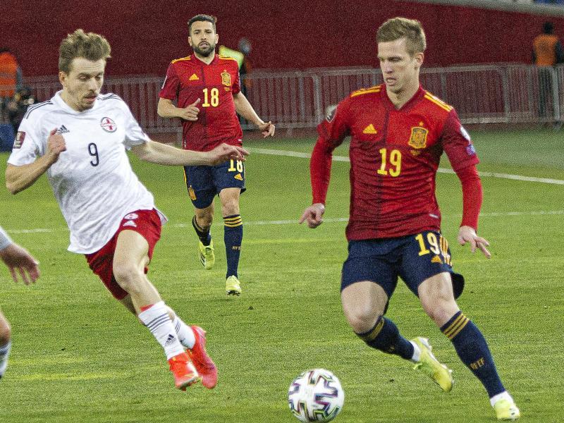 Georgiens Saba Lobzhanidze (l) und Spaniens Dani Olmo kämpfen um den Ball. Foto: Shakh Aivazov/AP/dpa
