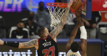 Daniel Theis (l)musste sich bei seinem Debüt im Bulls-Trikot den Golden State Warriors mit Kevon Looney geschlagen geben. Foto: Jed Jacobsohn/AP/dpa