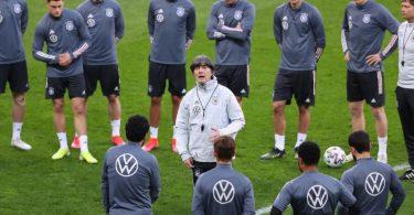 Fordert von der Mannschaft gegen Nordmazedonien voll Konzentration: Bundestrainer Joachim Löw. Foto: Stefan Constantin/dpa