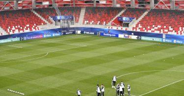 Die deutsche U21 trägt Gesichtsmasken bei der Platzbegehung vor dem Spiel in der Bozsik Arena. Foto: Marton Monus/dpa