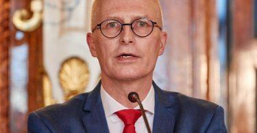 Hamburgs Erster Bürgermeister Peter Tschentscher bei der Pressekonferenz zu den neuen Corona-Regeln. Foto: Georg Wendt/dpa