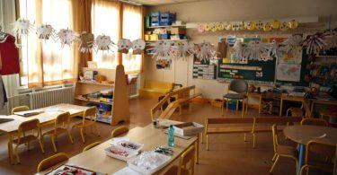 Ein Klassenzimmer in einer Pariser Schule. Erstmals im laufenden Schuljahr bleiben die Schulen in Frankreich zu. Foto: Thibault Camus/AP/dpa