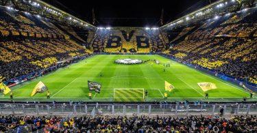 Die Dortmunder Fans zeigen vor Beginn des Spiels im Signal Iduna Park eine Choreogephie die über 3 Tribünen. Foto: Guido Kirchner/dpa