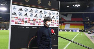 Redebedarf: Bundestrainer Joachim Löw steht nach der Blamage gegen Nordmazedonien Rede und Antwort. Foto: Federico Gambarini/dpa