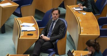 Mark Rutte, Premierminister der Niederlande, hört einer Debatte im Parlament zu. Foto: Peter Dejong/AP/dpa