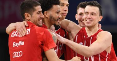 Die Bayern-Spieler Diego Flaccadori (l-r), Nick Weiler-Babb, Vladimir Lucic, David Krämer und Zan Mark Sisko freuen sich über den Sieg. Foto: Tobias Hase/dpa
