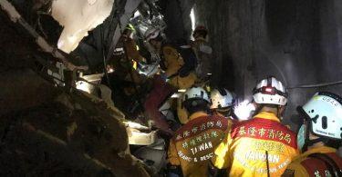 Rettungskräfte suchen in einem Eisenbahntunnel bei Hualien nach Überlebenden. Foto: Keelung City Fire Department/ZUMA Wire/dpa
