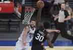 Julius Randle (r) von den New York Knicks setzt sich am Korb gegen Maxi Kleber von den Dallas Mavericks durch. Foto: Vincent Carchietta/Pool USA TODAY Sports/AP/dpa