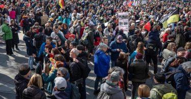 Laut Polizei wurden die Auflagen der Stadt von den Demonstranten größtenteils nicht eingehalten. Foto: Christoph Schmidt/dpa