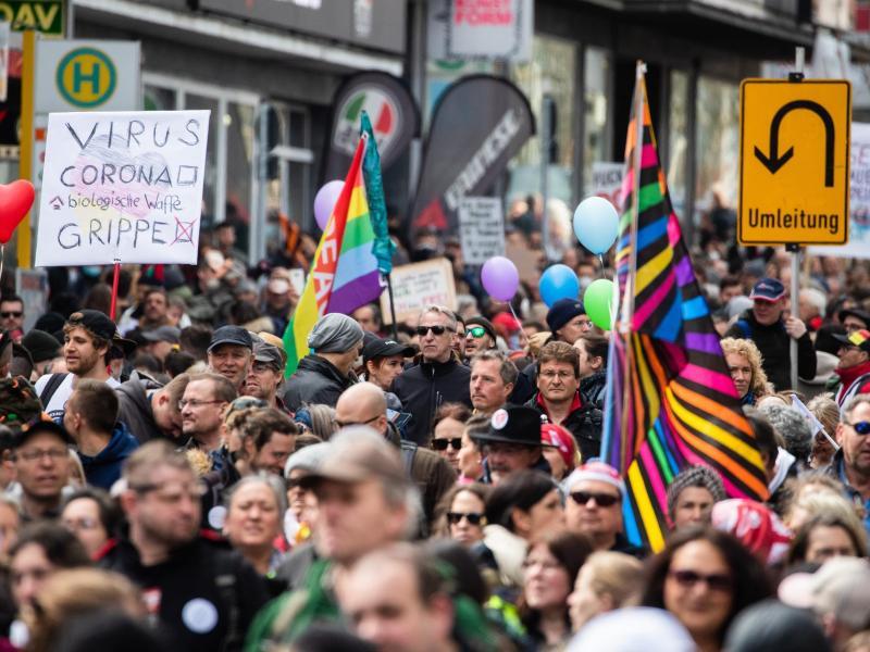Zahlreiche Demonstranten der Initiative «Querdenken» ziehen mit Ziel Cannstatter Wasen durch die Stuttgarter Innenstadt. Foto: Christoph Schmidt/dpa