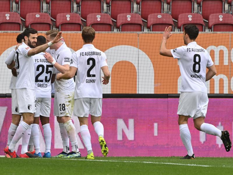 Augsburgs Spieler jubeln nach dem 1:0 durch Ruben Vargas. Foto: Peter Kneffel/dpa