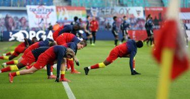 Leipzigs Spieler wärmen sich vor dem Spiel auf. Foto: Jan Woitas/dpa-Zentralbild/dpa