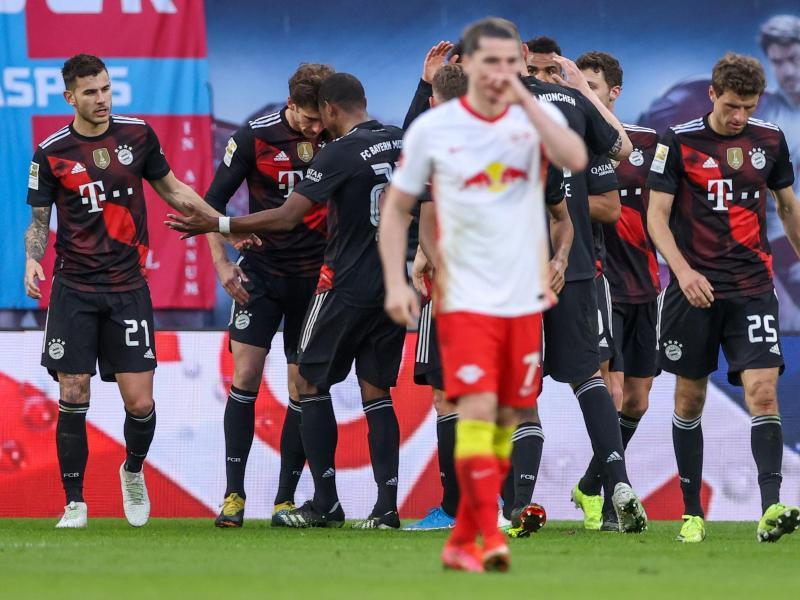 Bayerns Mittelfeldspieler Leon Goretzka (2.v.l) jubelt mit Mannschaftskollegen über seinen Treffer zur 1:0-Führung. Foto: Alexander Hassenstein/Getty POOL/dpa