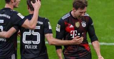 FCB-Mittelfeldspieler Leon Goretzka (r-l) jubelt mit den Mannschaftskameraden Thomas Müller und Benjamin Pavard über seinen Treffer zum 1:0. Foto: Alexander Hassenstein/Getty POOL/dpa