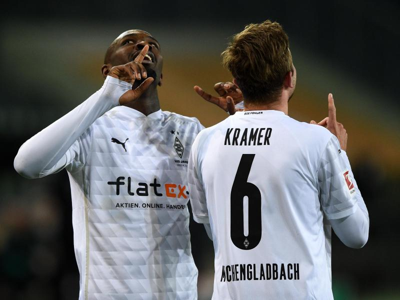 Mönchengladbachs Torschütze Marcus Thuram (l) und Mannschaftskamerad Christoph Kramer jubeln über den Treffer zum 2:1. Foto: Jonas Güttler/dpa