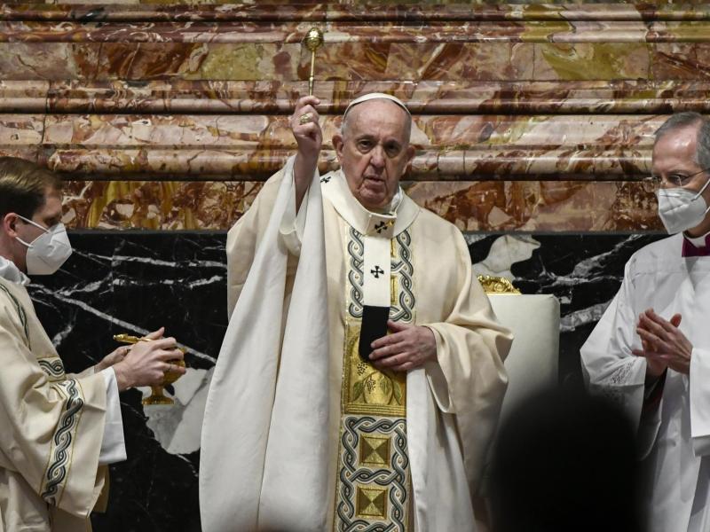 Auch im Petersdom wird in der Pandemie Maske getragen: Papst Franziskus bei der Messe zum Ostersonntag. Foto: Filippo Monteforte/POOL AFP/dpa