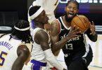 Paul George (r) von den Los Angeles Clippers zieht gegen Dennis Schröder (M.) zum Korb. Foto: Marcio Jose Sanchez/AP/dpa