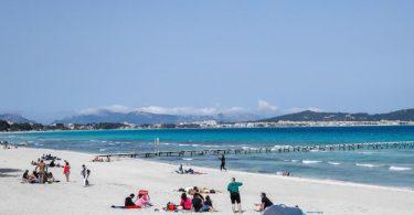 Appelle statt Verbot: Nach wie vor sind Urlaubsreisen zu Zielen wie Mallorca erlaubt - trotz bedenklicher Infektionslage. Foto: Clara Margais/dpa