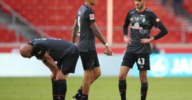 Die Bremer Ömer Toprak, Davie Selke und Eren Dinkçi sind nach dem 0:1 in Stuttgart geknickt. Foto: Tom Weller/dpa