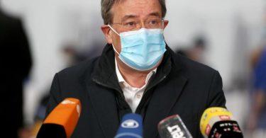 Nordrhein-Westfalens Ministerpräsident Armin Laschet spricht bei einer Pressekonferenz im Aachener Impfzentrum. Foto: David Young/dpa