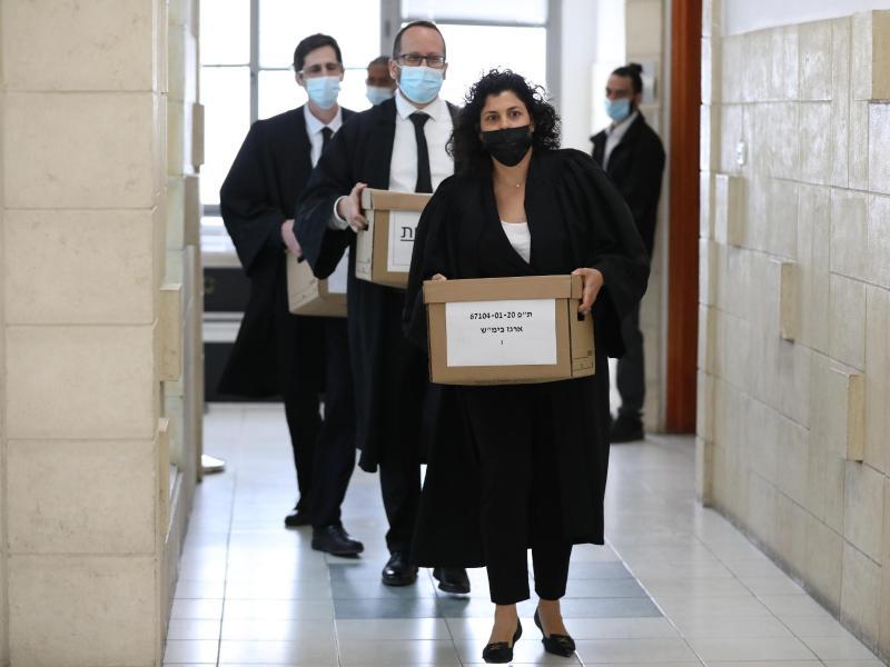 Staatsanwälte tragen im Gericht Kisten mit Dokumenten für den Prozess gegen Netanjahu. Foto: Abir Sultan/Pool European Pressphoto/AP/dpa
