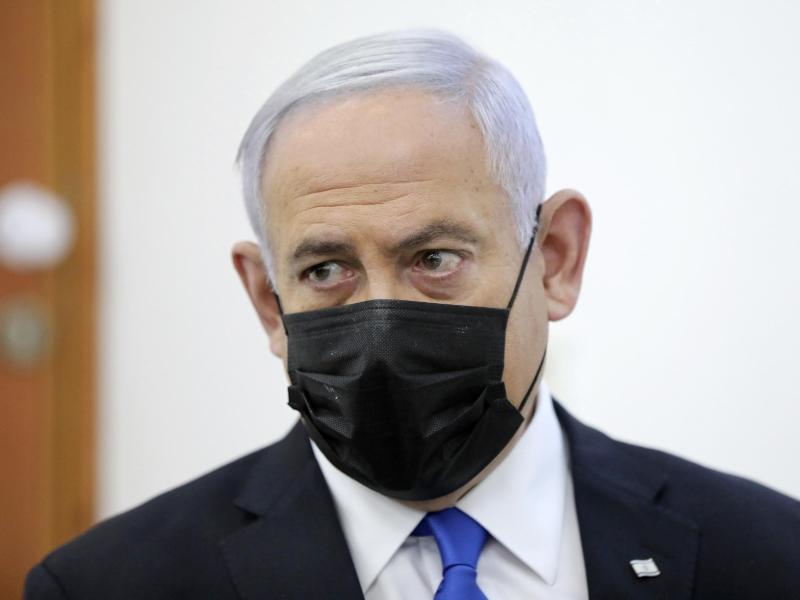 Benjamin Netanjahu nimmt in Jerusalem an einer Beweisanhörung in seinem Prozess wegen angeblicher Korruptionsverbrechen teil. Foto: Abir Sultan/European Pressphoto Agency Pool/dpa