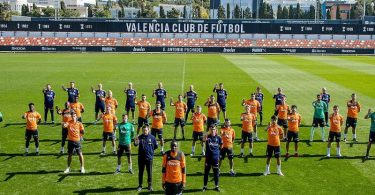 Die Mannschaft des FC Valencia stellt sich einen Tag nach dem Vorfall symbolisch hinter Mouctar Diakhaby. Foto: Lazaro De La Pena/Valencia CF/dpa