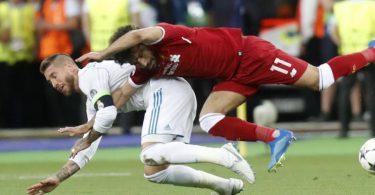 Liverpool-Stürmer Mohamed Salah musste im Finale 2018 nach diesem Zweikampf mit Real-Kapitän Sergio Ramos verletzt vom Platz. Foto: Efrem Lukatsky/AP/dpa