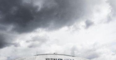 Der Abstieg droht: Dunkle Wolken hängen über der Schalker Arena. Foto: Guido Kirchner/dpa