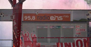 Die Vorfälle beim Berliner Derby beschäftigen nun auch den DFB. Foto: Andreas Gora/dpa POOL/dpa