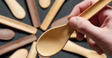 Das Göttinger Start-Up Kulero produziert essbare Löffel aus Brot. Foto: Swen Pförtner/dpa