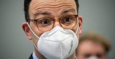 Gesundheitsminister Jens Spahn will die neuen wissenschaftlichen Erkenntnisse zum Risiko durch Geimpfte zeitnah mit seinen Länderkollegen besprechen. Foto: Michael Kappeler/dpa-Pool/dpa