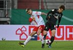 Regensburgs Jan Elvedi und Bremens Yuya Osako (r) kämpfen um den Ball. Foto: Armin Weigel/dpa