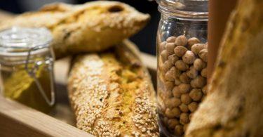 Wer kein separates Rezept für Baguette aus Kichererbsenmehl hat, sollte höchstens 25 Prozent des herkömmlichen Weizenmehls im herkömmlichen Rezept durch das proteinreiche Kichererbsenmehl ersetzen. Foto: Christin Klose/dpa-tmn