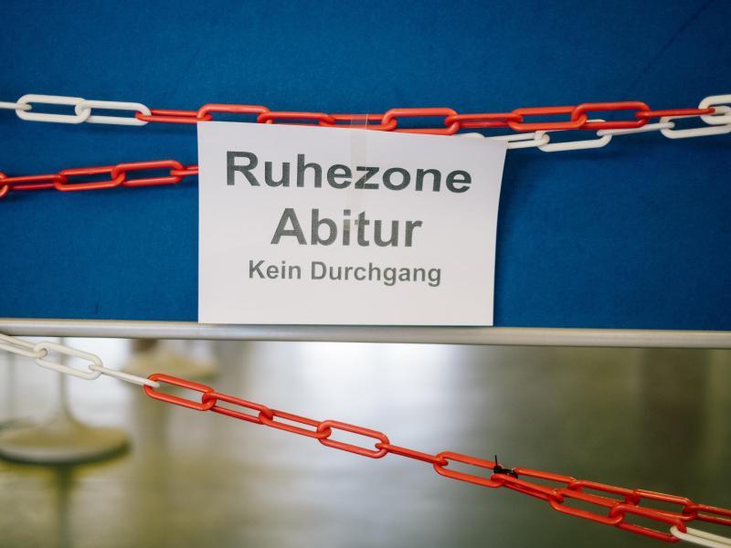 Die Abiturprüfungen sollen in diesem Jahr trotz Corona stattfinden. Foto: Ole Spata/dpa