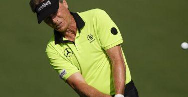 Leistete sich vier Bogeys in der ersten Masters-Runde: Golf-Veteran Bernhard Langer. Foto: Charlie Riedel/AP/dpa
