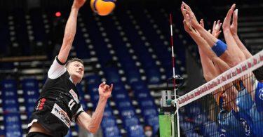 Pierre Pujol (l) von den Berlin Volleys beim Schmettern. Foto: Felix Kästle/dpa