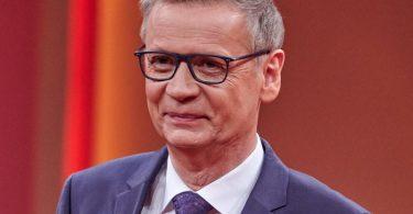 Auch der TV-Moderator Günther Jauch wirbt für eine Corona-Impfung. Nun hat er sich selbst mit dem Virus angesteckt. Foto: Henning Kaiser/dpa