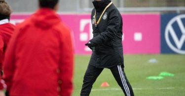 Testet mit Deutschlands Fußball-Frauen zweimal in Wiesbaden: Bundestrainerin Martina Voss-Tecklenburg (r). Foto: Sebastian Gollnow/dpa