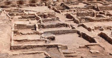 Gesamtansicht der 3000 Jahre alten Ruinen der von ägyptischen Archäologen entdeckten «verlorenen Stadt» im heutigen Luxor. Foto: STR/dpa