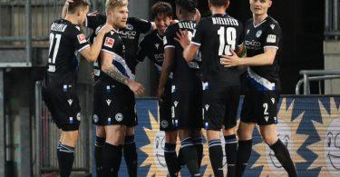 Bielefeld verlässt durch den Sieg gegen Freiburg vorerst die Abstiegsränge. Foto: Friso Gentsch/dpa