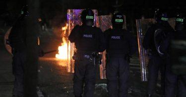 In Belfast hat es Auseinandersetzungen zwischen Polizisten und Randalierern gegeben. Foto: Brian Lawless/PA Wire/dpa