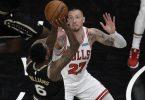 Hatte mit den Chicago Bulls gegen Lou Williams und die Atlanta Hawks das Nachsehen: Daniel Theis (r). Foto: Ben Margot/FR171782 AP/dpa
