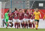Die DFB-Frauen bejubeln die Führung. Foto: Hasan Bratic/dpa