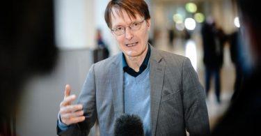 Karl Lauterbach (SPD), Gesundheitspolitiker, spricht im Bundestag zu Medienvertretern. Foto: Kay Nietfeld/dpa