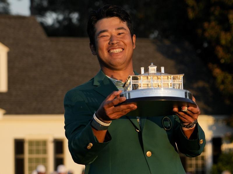Freude über den Sieg: Hideki Matsuyama hält die Trophäe in der Hand. Foto: David J. Phillip/AP/dpa