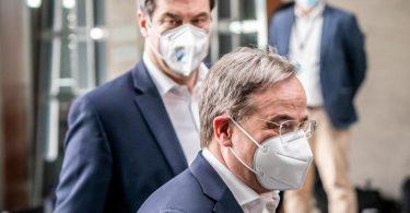 CSU-Chef Markus Söder und der CDU-Vorsitzende Armin Laschet auf dem Weg zu einer Pressekonferenz. Foto: Michael Kappeler/dpa