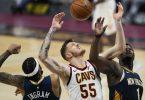 Brandon Ingram (l) und Zion Williamson (r)im Kampf um den Ball mit Isaiah Hartenstein von den Cleveland Cavaliers. Foto: Tony Dejak/AP/dpa